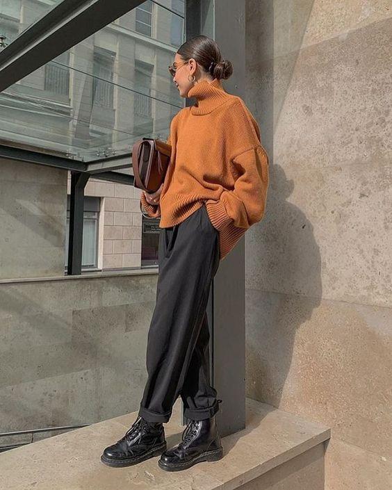 Áo len nâu và quần đen được xem là tiêu chuẩn phối 2 màu này