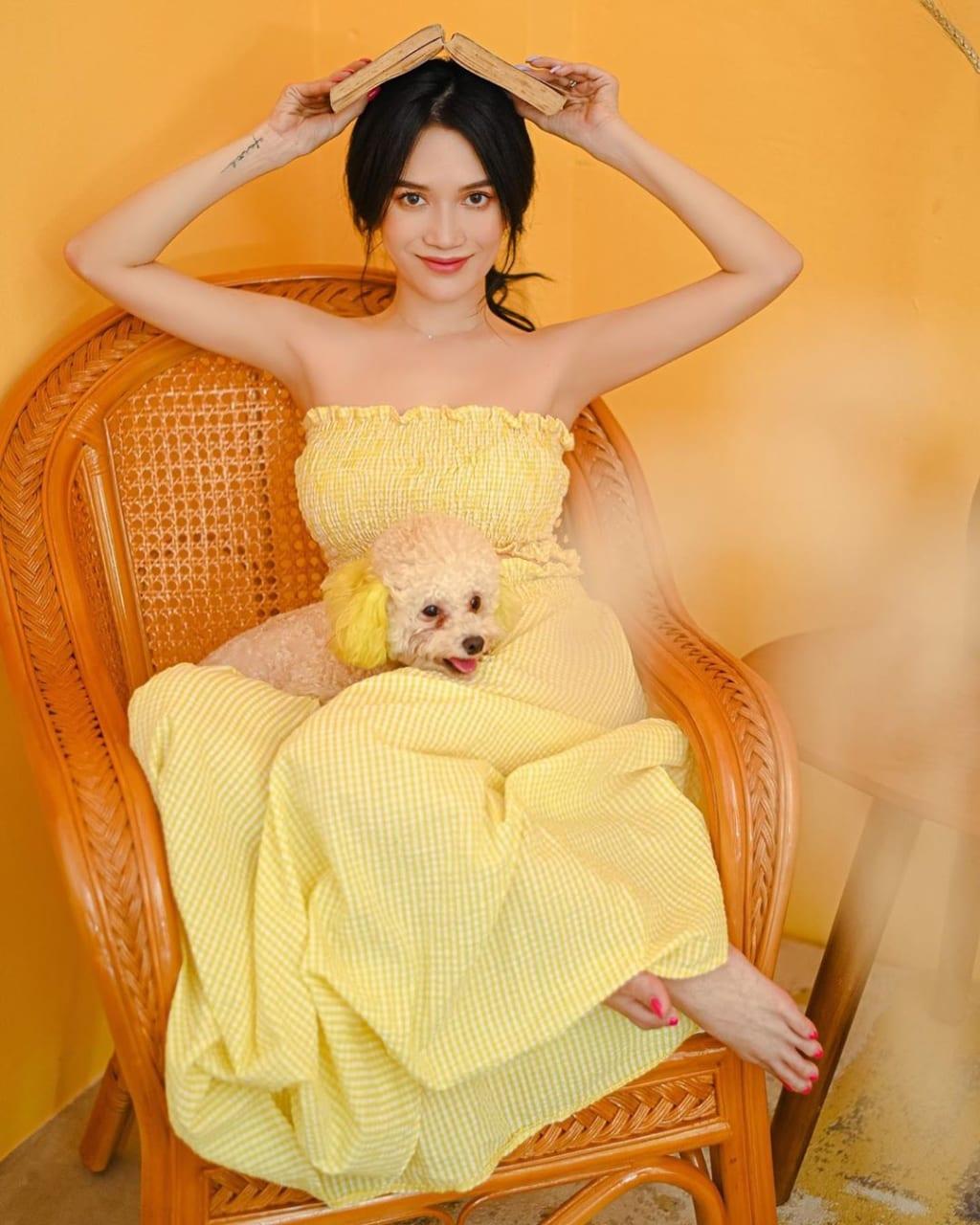 Outfit với đầm vàng