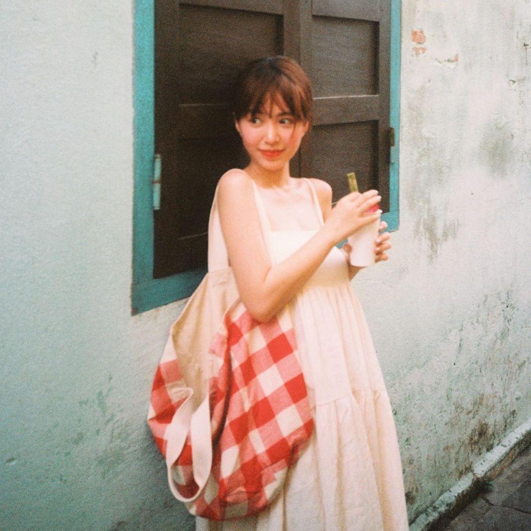 Thời trang Mẫn Tiên trẻ trung với váy và túi xách đỏ