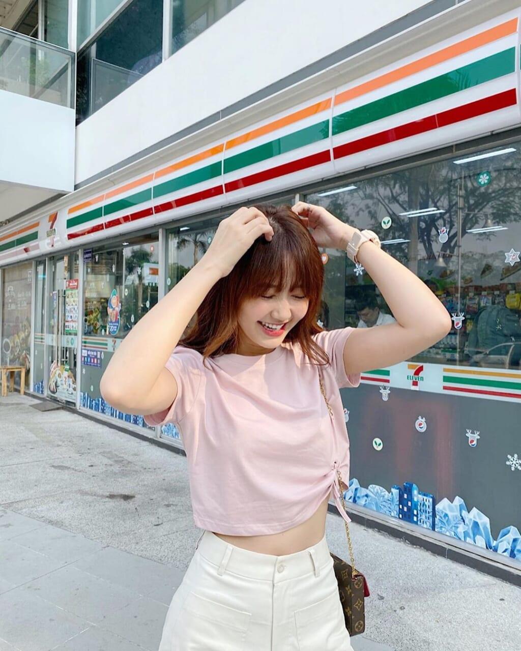 Áo thun hồng Pastel và quần trắng