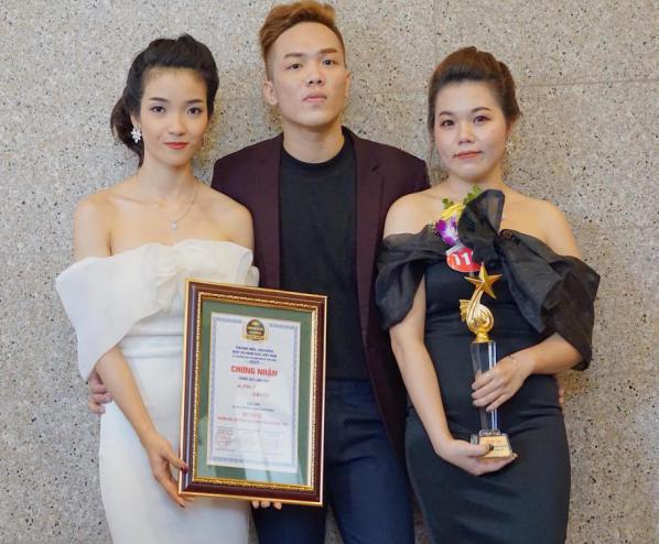 """Phương Nam (bên trái) và Lan Anh (bên phải) vinh dự nhận giải thưởng """"Top 50 thương hiệu, dịch vụ hàng đầu Việt Nam"""""""