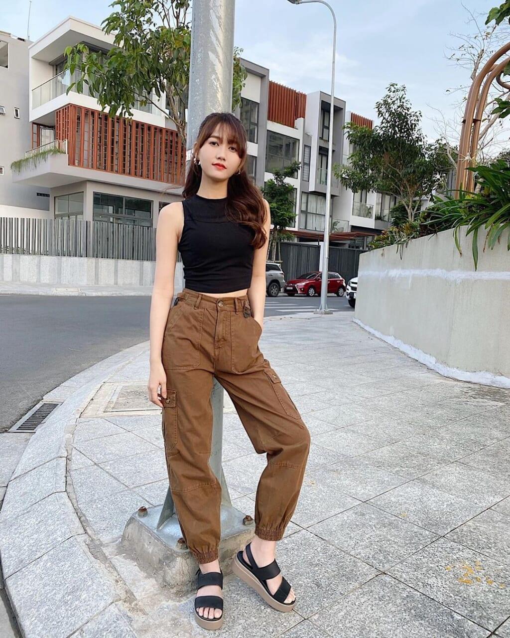 Streetstyle Nhung Gumiho áo thun ngắn và quần nâu cá tính